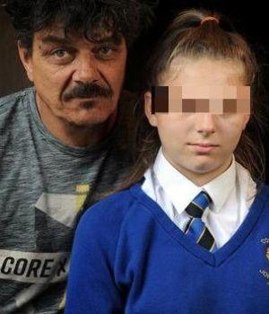Suspendieron a la hija, se pegó a la reja de la escuelay lo transmitió en vivo