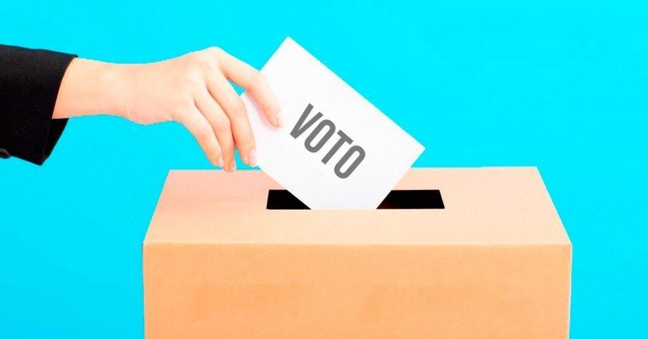 Capitanich firmó el decreto para la convocatoria a elecciones primarias y legislativas