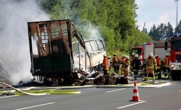 Micro repleto de jubilados se prendió fuego: 11 muertos