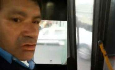Chofer no abrió la puerta a pasajero y lo llevó colgado del bondi