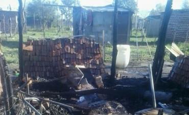 Cumplió con su amenaza y le incendió la casa a su ex – pareja, dejándola en la calle con 5 hijos.