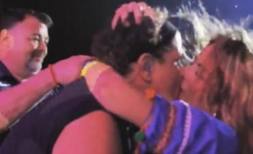 Fanática le comió la boca a Carlos Vives en pleno show