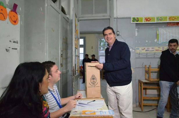 Capitanich emitió su voto en la EGB N° 26