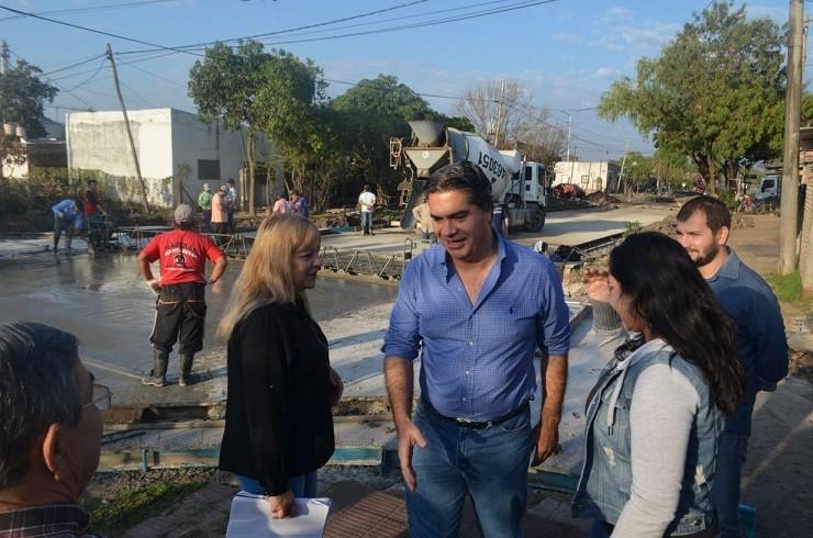 Capitanich supervisó el avance del pavimento en Villa Teniente Saavedra