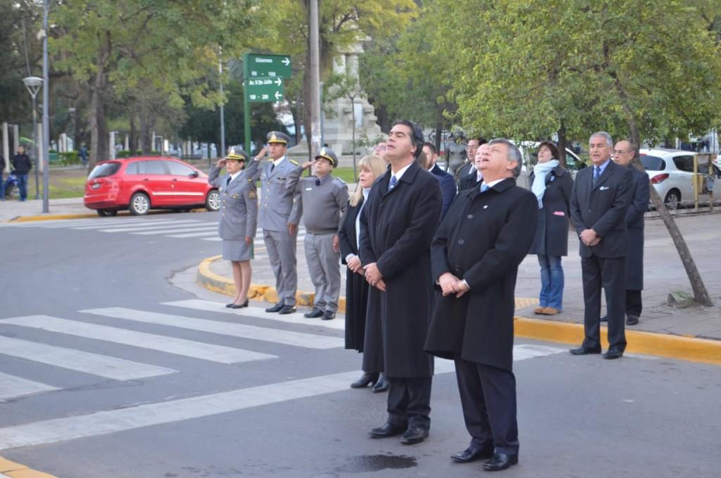 Capitanich y Peppo realizaron el izamiento de banderas en el mástil central que marcó el inicio de las celebraciones por el Día de la Independencia