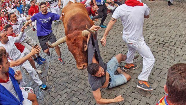 Tres personas, dos de nacionalidad españolas y una australiana, fueron heridas por asta de toro