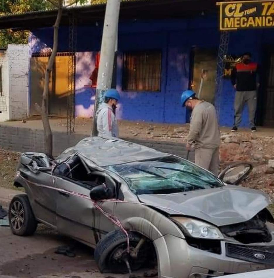 Un joven murió tras despistar su auto y chocar contra una pared