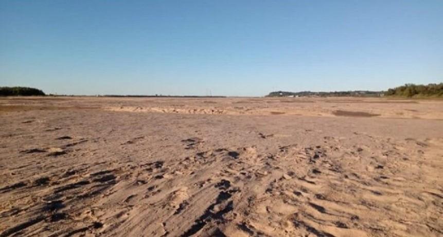 Impresionante y desoladora imagen del Río Paraná sin agua