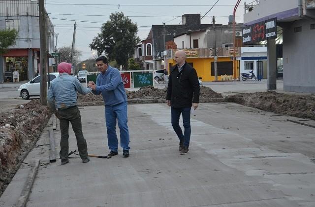 Capitanich supervisó las obras de pavimento urbano en Villa Ercilia