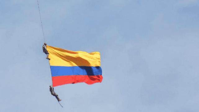 Increíble: video registró la muerte de dos soldados que iban colgados de un helicóptero