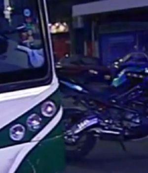 Motochorro escapaba de la policía y chocó contra un bondi: lucha por su vida