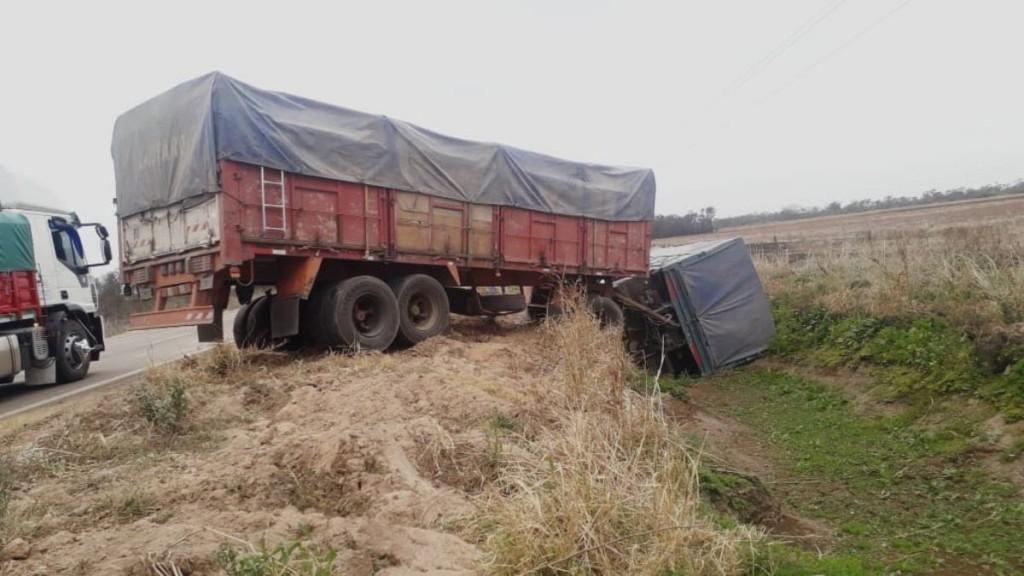 Un camión volcó por esquivar un bache en la ruta 89