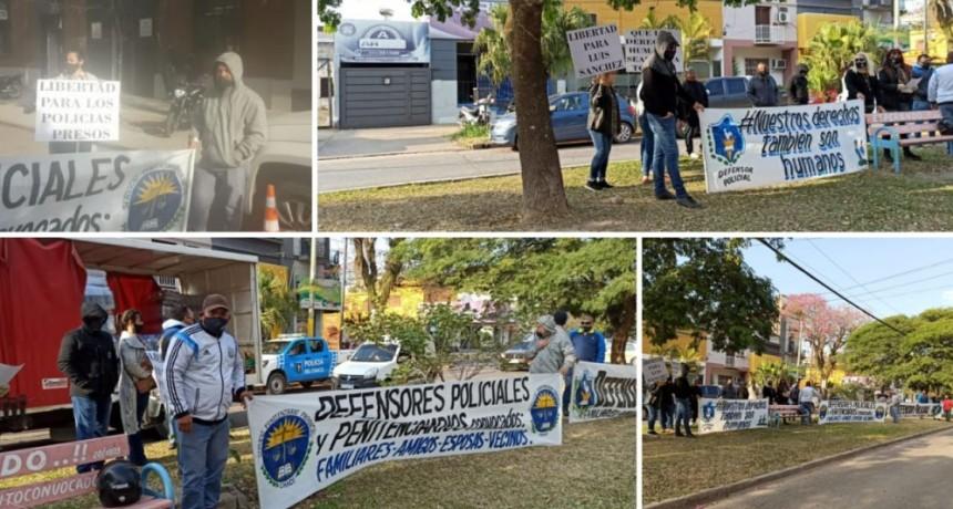 Resistencia: Manifestaciones en la capital provincial en apoyó al la libertad de los policías que en cumplimiento de su deber, fueron arrestados.
