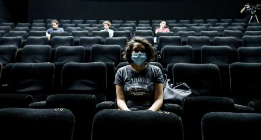 Evalúan habilitar cines, teatros y discotecas a partir de este sábado