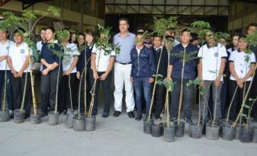 Forestación urbana: Se entregaron 100 árboles a los estudiantes de la Escuela Técnica Aeronáutica Nº 32