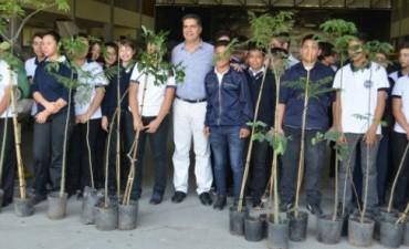 El Municipio de Resistencia entregó 100 árboles a la Escuela de Educación Técnica Aeronáutica (EETA) Nº 32