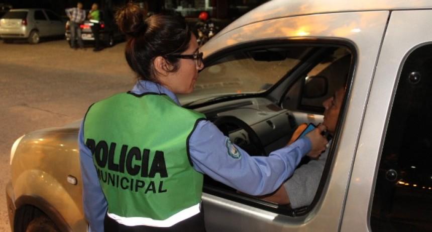 Alcoholemia: Una joven fue detenida por negarse a la retención de su moto y otro por portar arma blanca