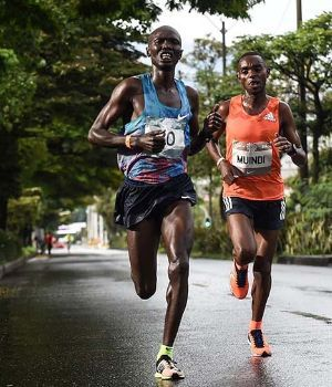 Atleta keniano iba primero en maratón y lo atropelló un auto