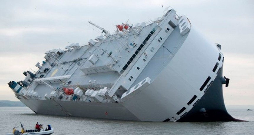 Impresionantes imágenes del buque que se hundió con 4 mil autos a bordo