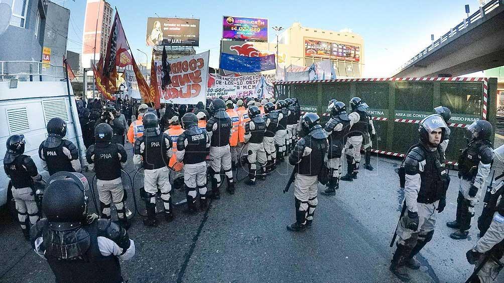 Trabajadores de una papelera que cerró protestan en el Puente Pueyrredón