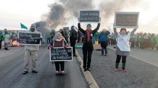 Un centenar de petroleros despejaron por la fuerza las rutas cortadas por los docentes en Chubut
