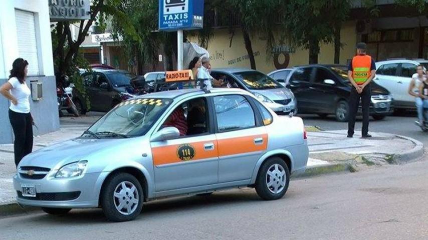 Analizan ampliar horarios y sumar paradas de taxis y remises