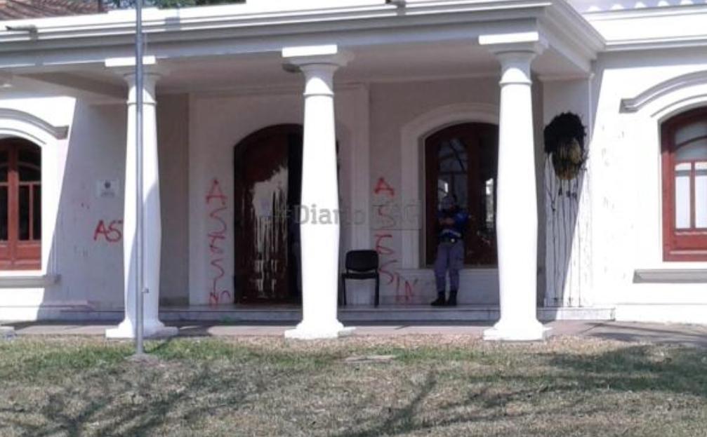 Violenta manifestación frente al Consulado de Paraguay en Resistencia: pintadas y destrozos