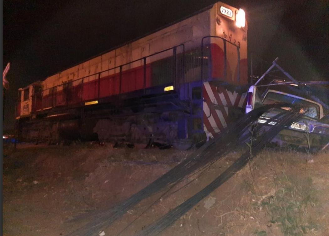 Una locomotora del Belgrano Cargas chocó contra una camioneta que quedó en las vías