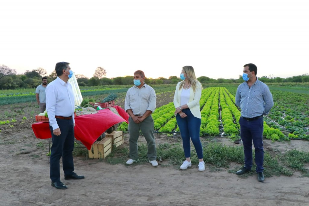 Día del agricultor y agricultora: el gobernador visitó campos en colonia Rivadavia y Avia Terai