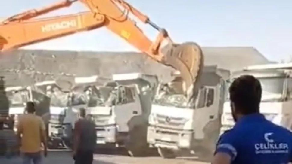 Su jefe no le pagó el sueldo y se vengó de la peor manera: así aplastó cinco camiones con una excavadora