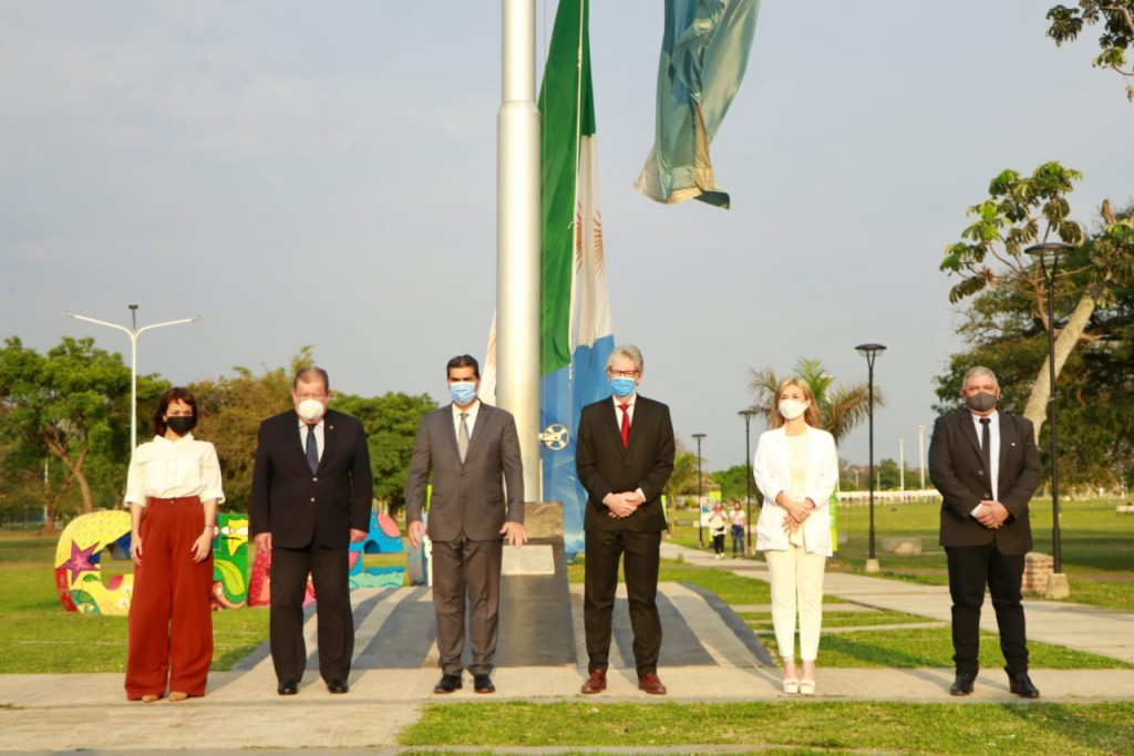 Capitanich encabezó el izamiento de la bandera del Chaco en su 14º aniversario
