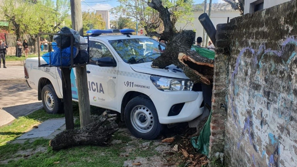 Robó una camioneta y, en la fuga, chocó a patrullero que quedó incrustado en el frente de una casa