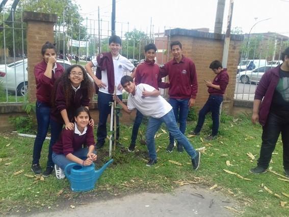 Alumnos plantaron árboles entregados por el municipio