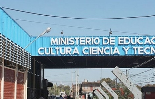 67 agentes precarizados del Ministerio de Educación se encadenaron en reclamo del pase a planta