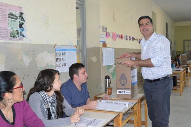 El intendente Capitanich emitió su voto y valoró la importancia del compromiso democrático