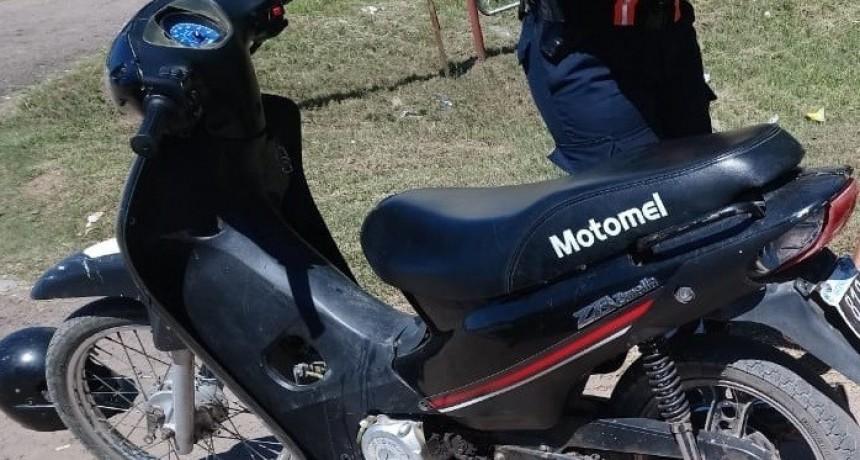 LLEVABAN OCULTO EN EL INTERIOR DEL BAUL DE UNA MOTOCICLETA.