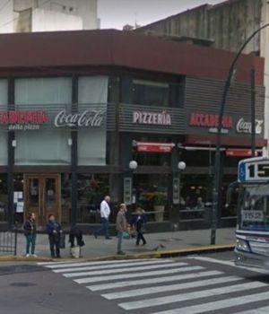 Echan a los golpes a dos hombres por besarse en una pizzería