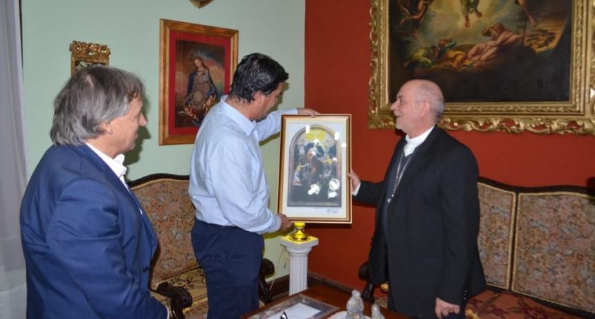 Monseñor Dus entregó a Capitanich una imagen de la Virgen Desatanudos