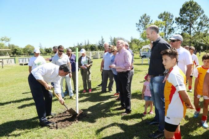 Arbolado Urbano: en el Curne, Capitanich y niños del rugby infantil iniciaron el plantado de 100 lapachos