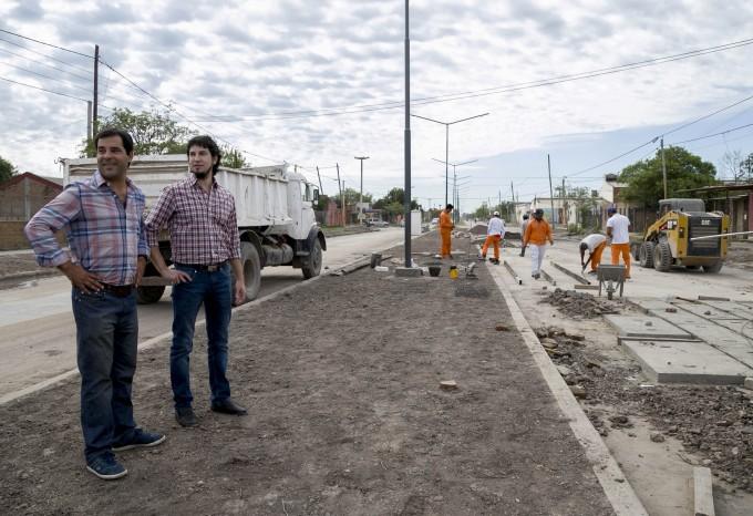 Arévalo y Lifton recorrieron las obras de pavimento   que se ejecutan en la avenida Edison y Los Hacheros