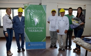 COOPERATIVISTAS DE ARGENTINA TRABAJA RECIBIERON UNIFORMES PARA TRABAJOS DE ELECTRICIDAD Y PINTURA