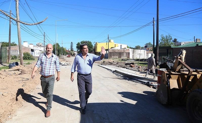 Capitanich verificó el avance de obras de pavimento en Villa Elisa y el barrio Llaponagat