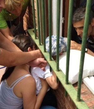 Impactante rescate de nenito que se le atascó la cabeza en una reja