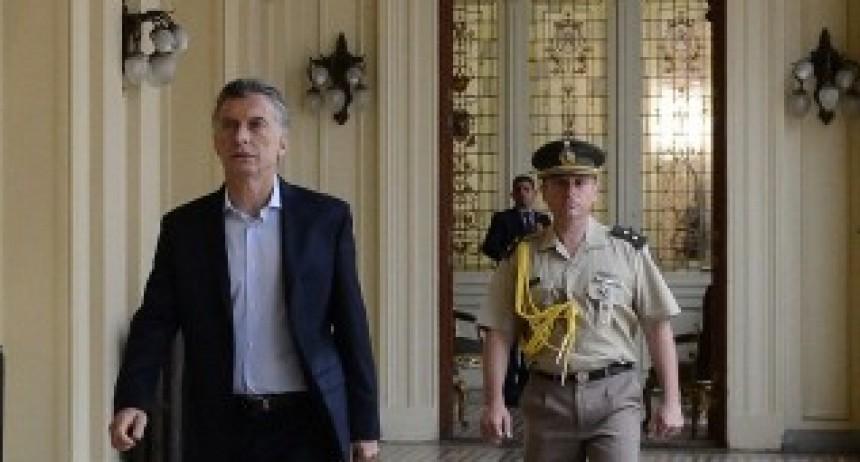 Macri recibe a los jefes de las FF.AA. y entrega la distinción