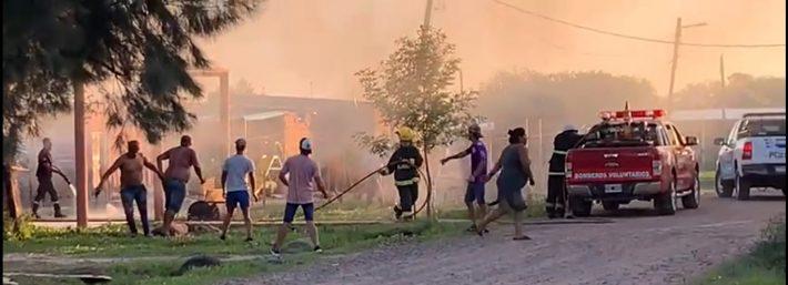 Horror en Resistencia: falleció un hombre por un disparo en la cabeza y vecinos incendiaron la casa del presunto autor