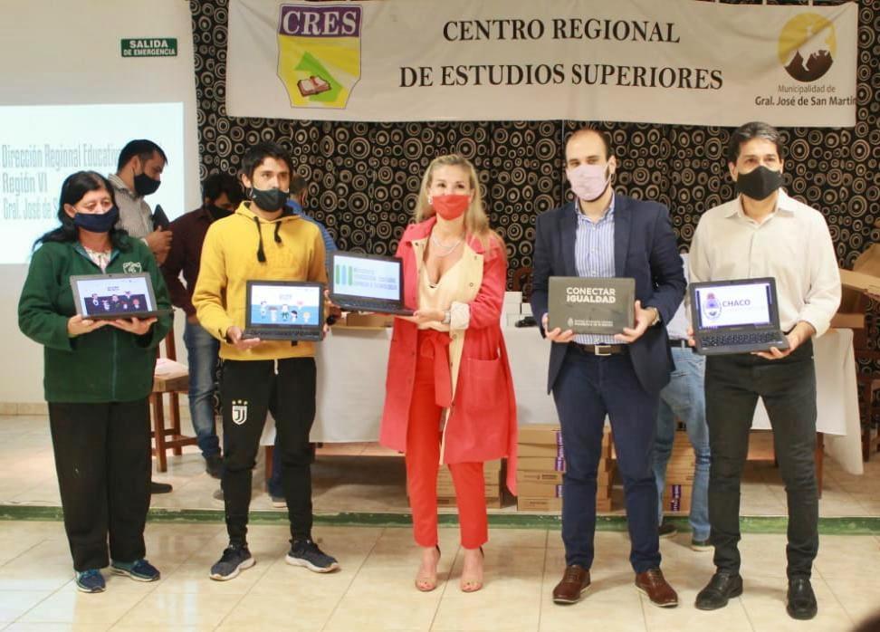 Chaco: Educación comenzó la segunda etapa de entrega de netbooks y tablets para estudiantes secundarios