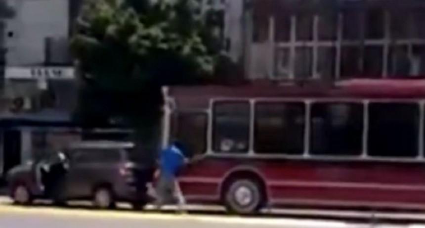 Violento enfrentamiento entre un colectivero y un conductor que no terminó en tragedia de milagro