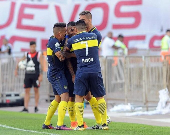 Tevez brilló y Boca se quedó con un Superclásico