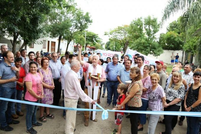 Capitanich inauguró el nuevo pavimento de la calle Obligado, una obra anhelada por los vecinos de Villa San Juan