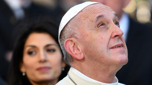 Francisco rezó por los muertos y heridos por la estampida en boliche de Italia